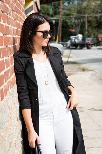 svart långfärgad kappa med vit linne och matchande smala jeans