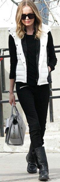 vit huva med huva med svart tröja och jeans