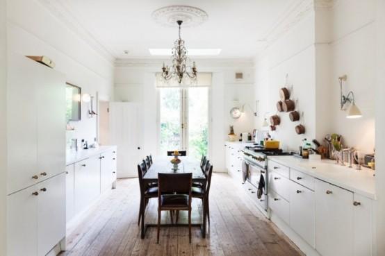 Helvit köksdesign med glans och rustika funktioner