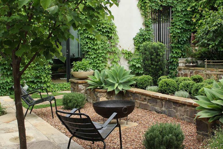Avkopplande trädgård med massor av murgröna som växer upp väggarna - DigsDi