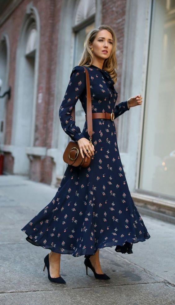 Marinblommig blommig klänning lämplig