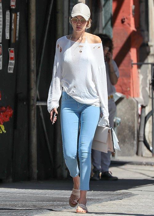 Gigi Hadid basebollkeps en axel bekväm tröja