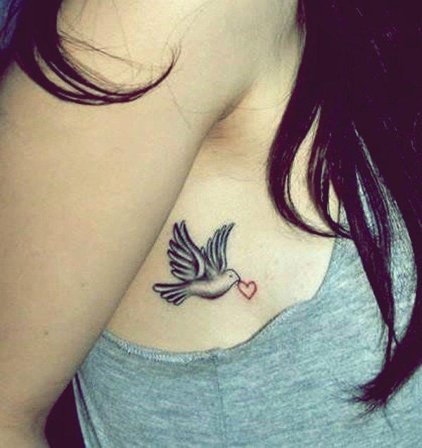 Duvor tatuerar på armhålan