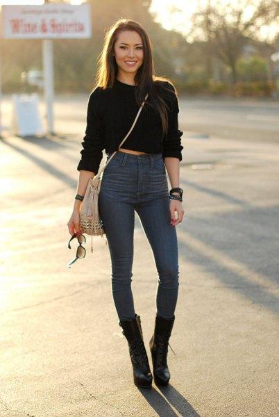 svart beskuren huvtröja med hög midja och blå skinny jeans