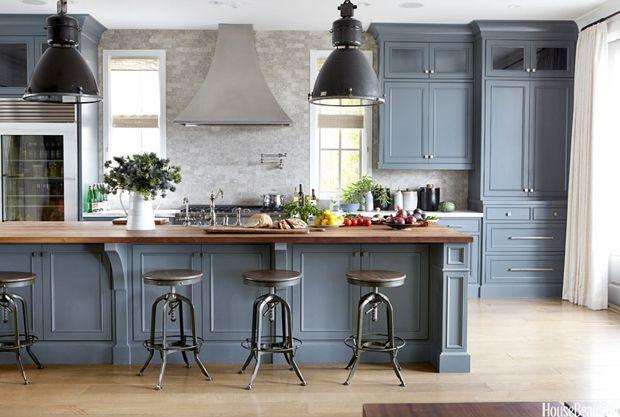Blågrå köksskåp Slaktblock får utseendet med.