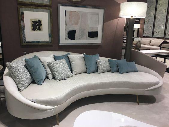 Gör ett uttalande med din soffa.  Vätskeböjda soffor är på trend.