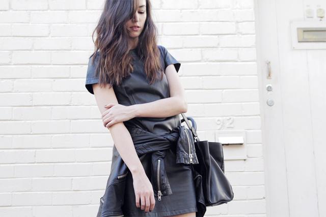 svart klänning läderjacka outfit