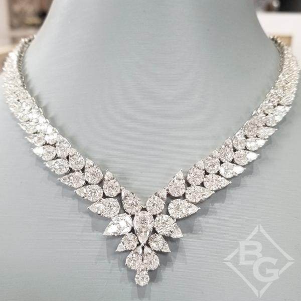 Simon G. 18K vitguldgraderande päronformad Diamond Neckla
