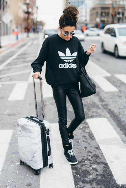 svart grafisk tröja med läderjackor och tröjor