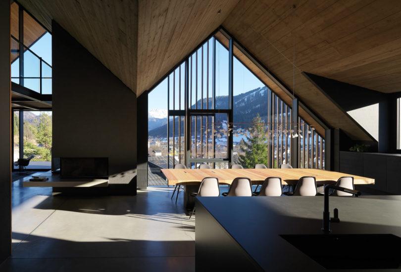Ett fritidshus som är klätt med träsolskydd i Tarvisio, Ita
