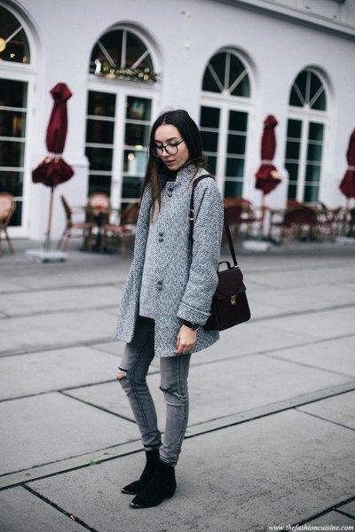 grå kokongrock med matchande rippade skinny jeans och mockaskor