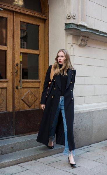 svart maxi-kappa med turtleneck och fransade jeans