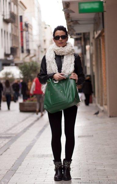 vit halsduk med svart skinnjacka och lädermoto stövlar med nitar