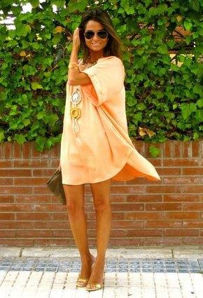 Orange mini-slida klänning med vida ärmar och öppna bronsklackar