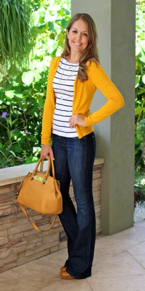 gul kofta med svartvit randig t-shirt och jeans