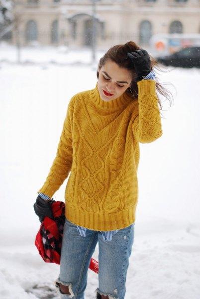 gul kabel stickad tröja med trasiga pojkvän jeans