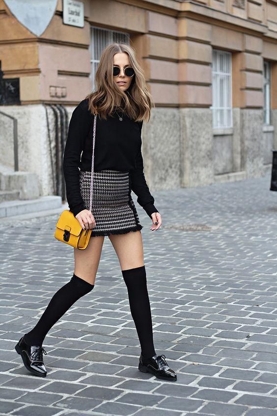 minikjol med höga strumpor