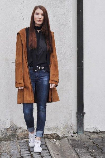 brun mockakåpa med svart blus med chokerringning och jeans med muddar