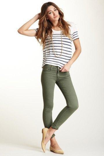 svartvit randig t-shirt med olivgröna skinny jeans