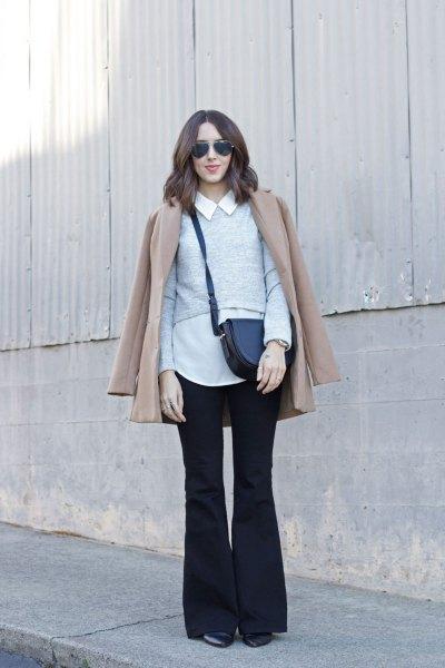 vit skjorta med krage, rodnande rosa kappa och svarta flared jeans