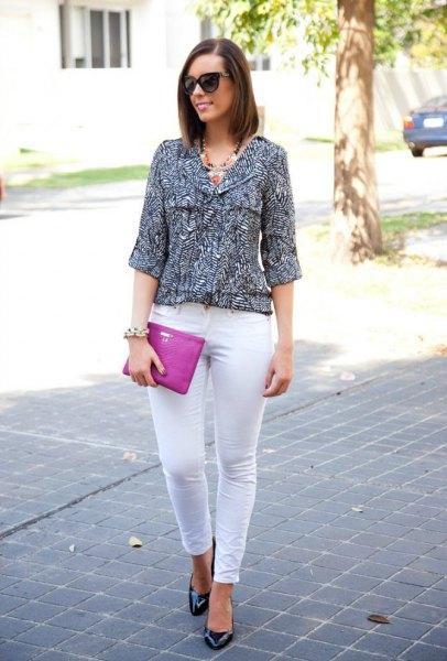 svartvitt tryckt trekvartsblus med smala jeans