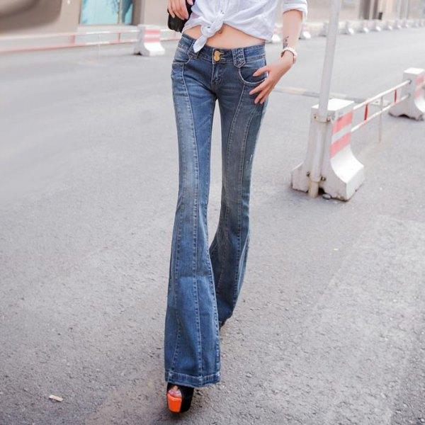 vit knuten skjorta med blå, jeans med låg flare och 3D-snitt