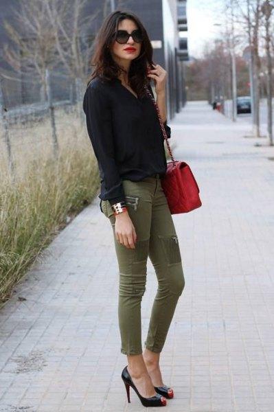 svart skjorta med knappar och gröna skinny jeans