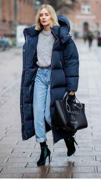 svart lång pufferrock med grå tröja och mamma jeans