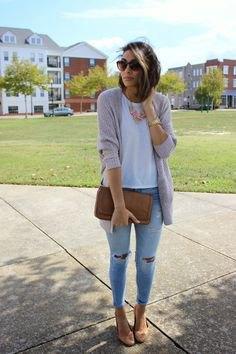 grå kofta med vit T-shirt och ljusblå skinny jeans