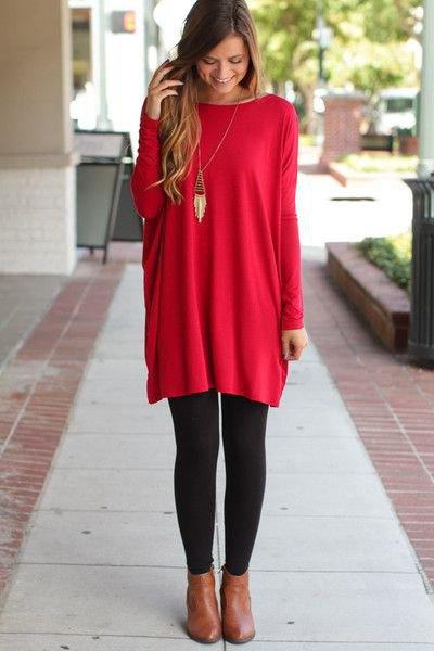 röd tunikatopp med svarta leggings och stövlar