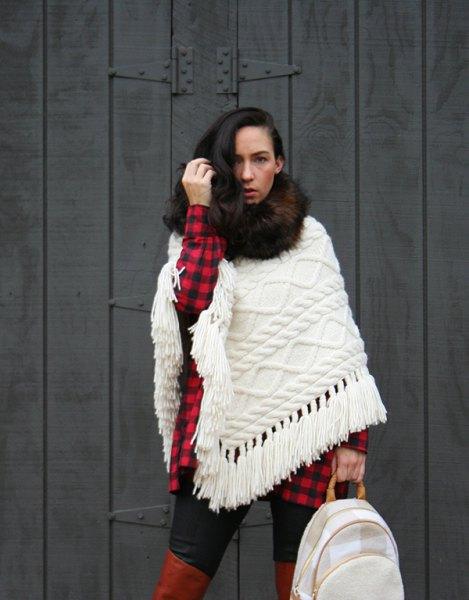 vit kabelstickad halsduk med röd och svart rutig tunikatröja