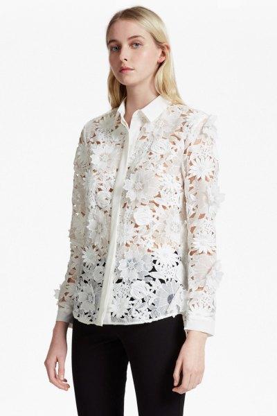 vit blommig spetsskjorta med knappar