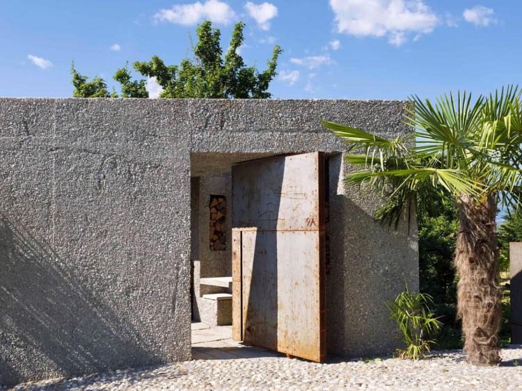 Minimalistiskt och grovt betongtorn i skogen - DigsDi