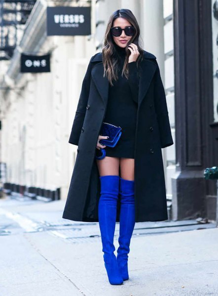 svart ullrock med miniklänning och blå överknee stövlar