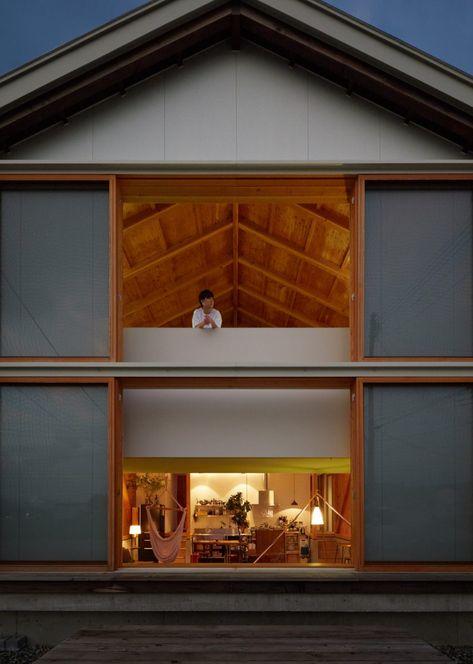 Husets struktur är förhöjd på höga grunder med.