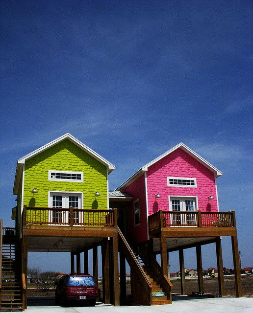 Stå på styltor |  Litet strandhus, hus på pålar, strand.