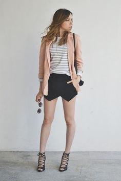 Ljusrosa kavaj med randig T-shirt och svart minikjol