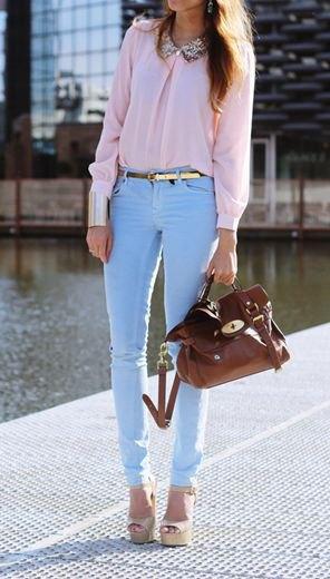 rodnadrosa blus med ljusblå smala byxor