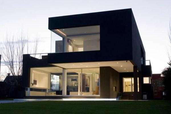 Modernt svart hus vid sjön  Modernt minimalistiskt hus.