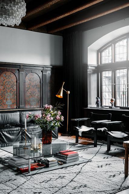 Ett dramatiskt radhus i en historisk byggnad i Stockholm.