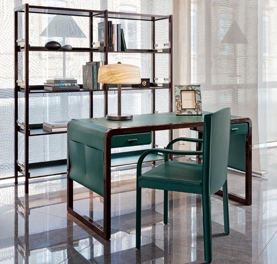 Raffinerat Jolie-skrivbord tillverkat med grönt läder och almträ.