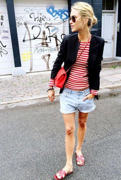 röd och vit randig t-shirt svart blazer jeansshorts