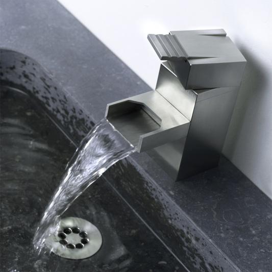 Samtida vattenfallkran med industriell design av balans.