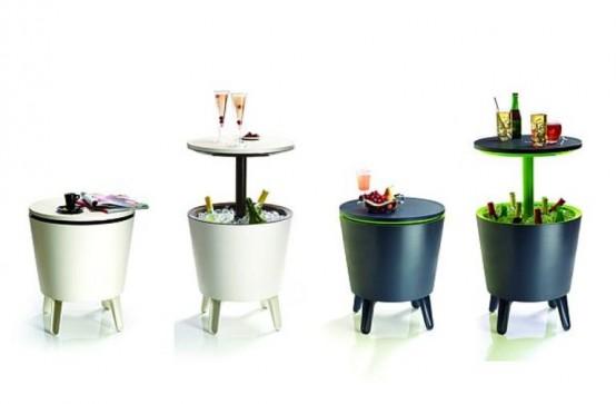 Uteservering med ett bord och ett kylskåp under det - DigsDi
