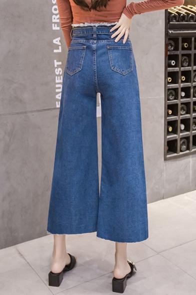 Kvinnors nya trendiga knappflygade midja, blå vidbenjeans.