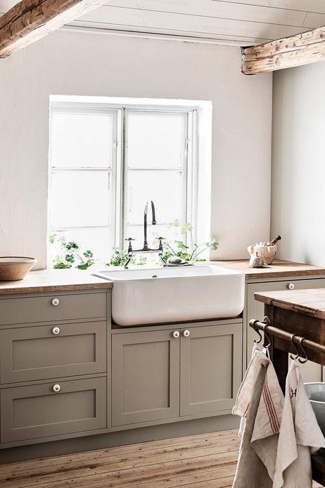 Alla vita köksdesign med glans och rustika funktioner