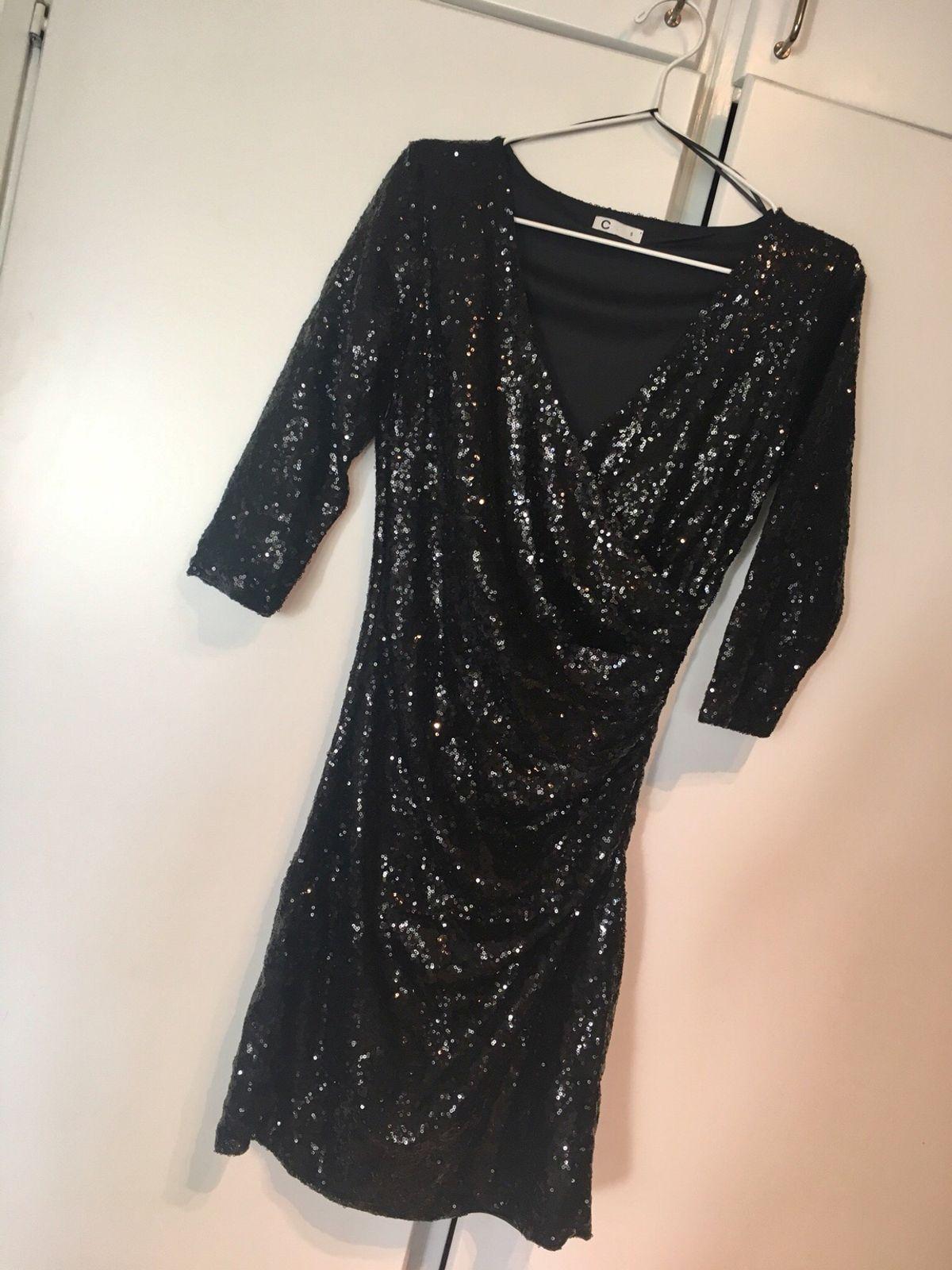 Använd svart glittrig klänning
