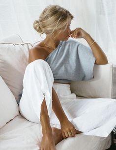 Bästa minimalistiska kvinnastil och avslappnad