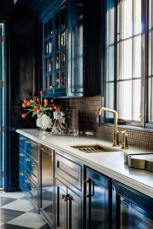 Blå och bruna kök