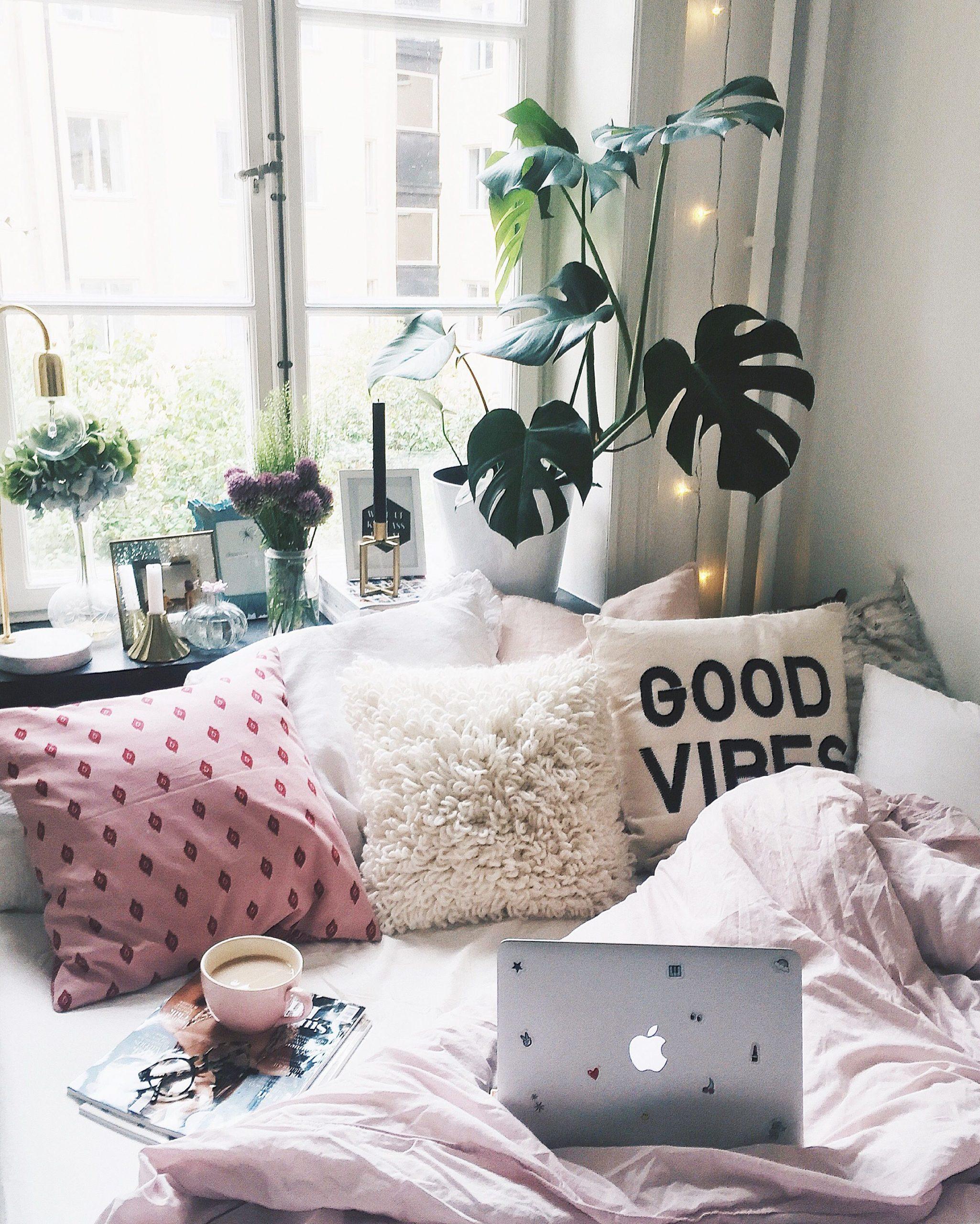 Charmig vintage sovrumsdesign med turkos och rosa accenter